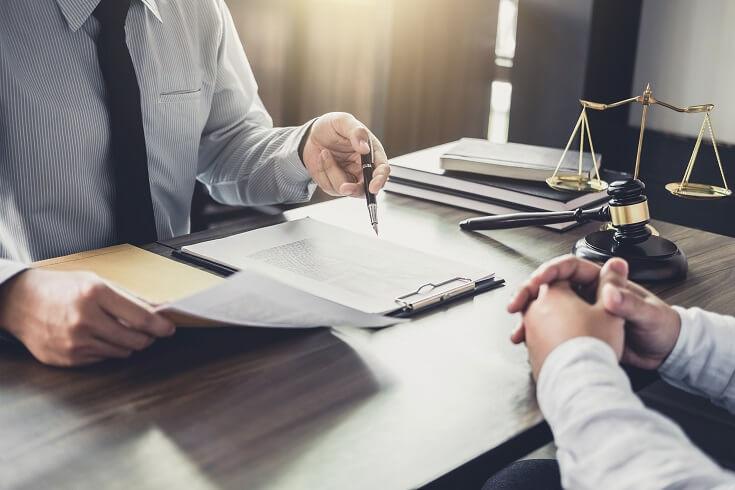 Asesor legal revisando documentos