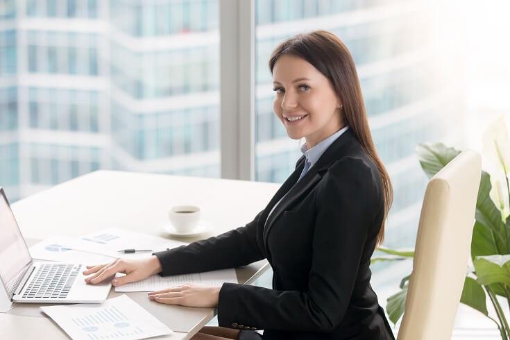 Mujer ejecutiva sontiendo