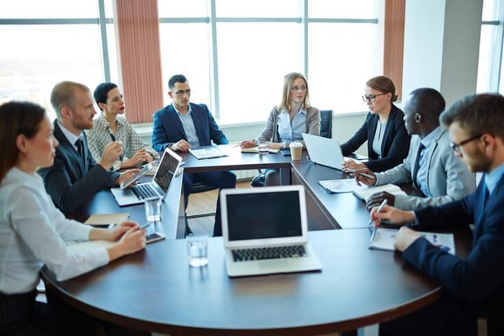 Equipo de Auditoría reunido para evaluar su desempeño dentro del área.