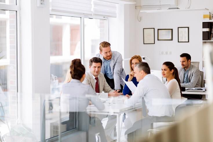 Equipo de trabajo reunido en mesa redonda.