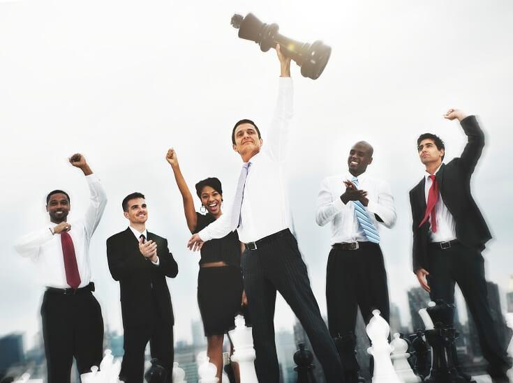 Grupo de auditores celebrando el logro de objetivos