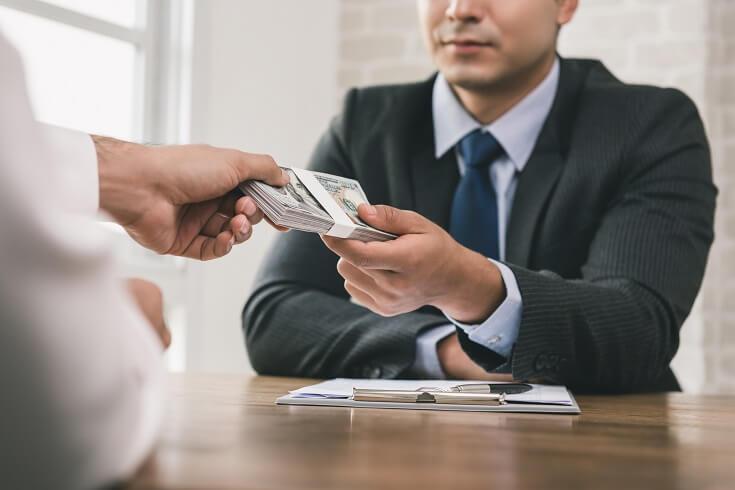 Trabajador recibiendo dinero después de solicitar