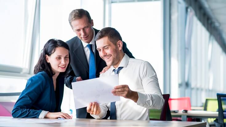 Empresario mirando plan de negocios