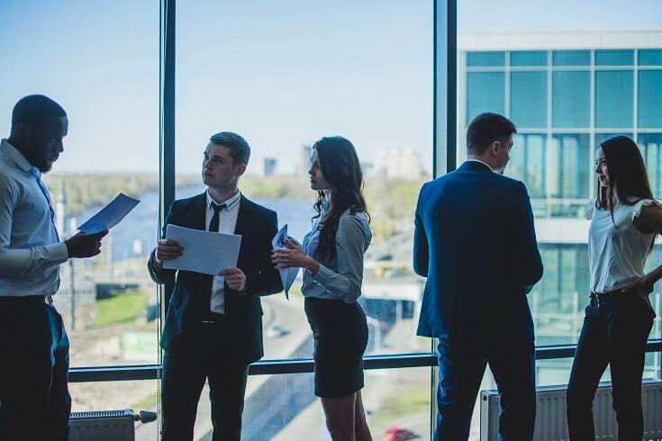 Jefe revisando papel del auditor con su equipo