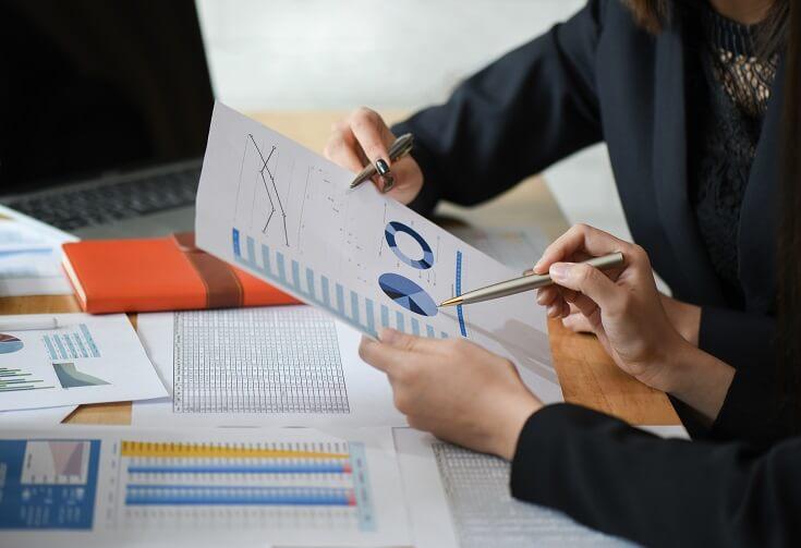 Equipo contable analizando documentos