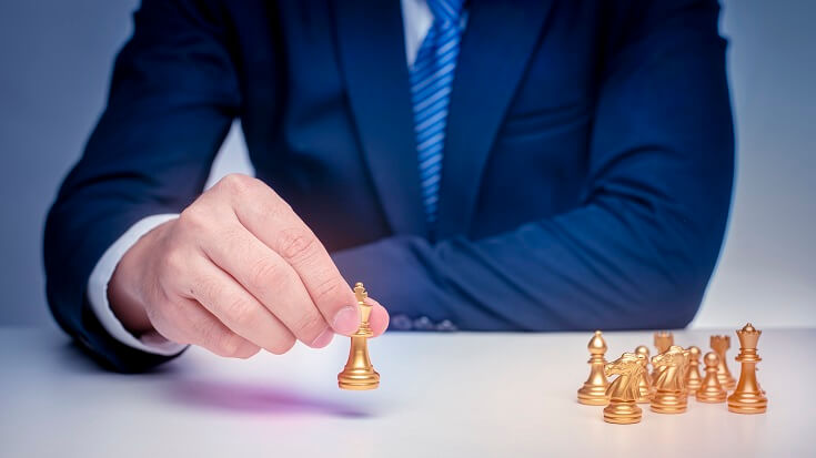 Hombre mueve fichas de ajedrez