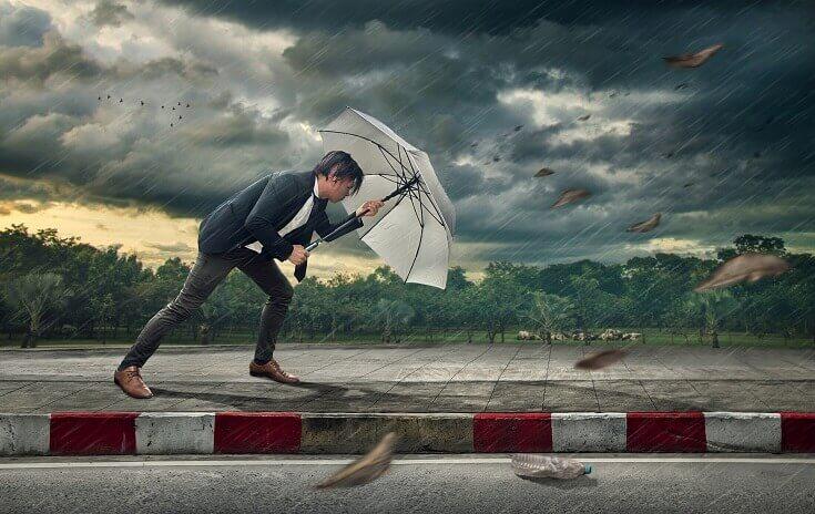 Empresario con paraguas blanco protegiéndose a sí mismo