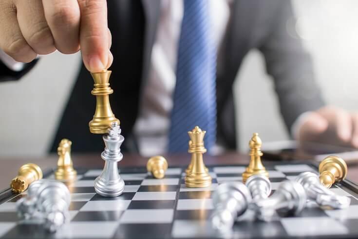 Juego de ajedrez representa gestión de riesgos y liderazgo