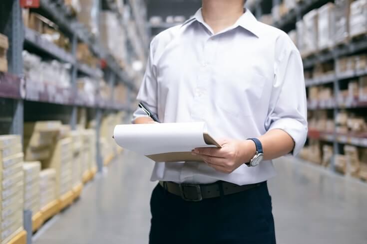 Trabajador haciendo balance de producto
