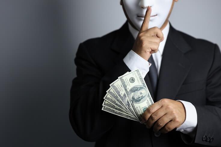 Auditor con dinero y máscara