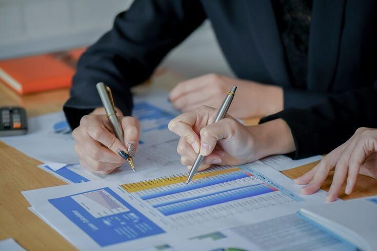 Contadores suman registros financieros de los empleados