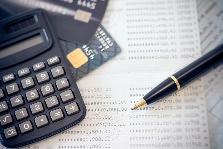 Calculadora, cuentas y tarjetas de crédito