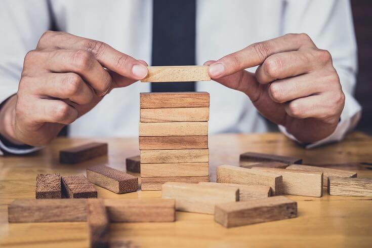 Concepto de conocimiento de riesgos con cubos de madera, formando una escala