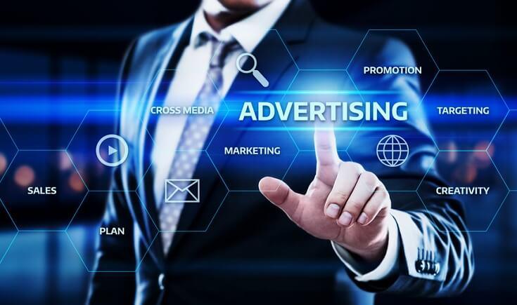 Auditor señalando términos relacionadas con publicidad, entre ellas: creatividad, mercadeo, promoción, estrategia, plan y ventas.