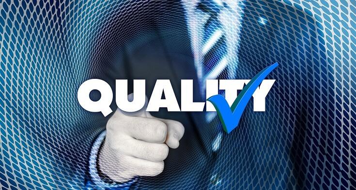 Auditor señala palabra calidad, en inglés quality