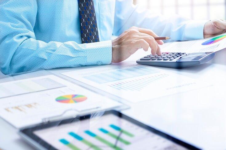 Auditor revisandoinforme financiero
