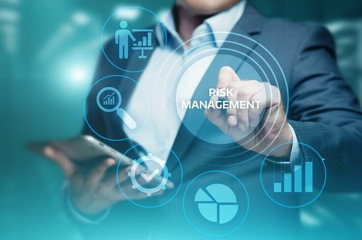 Un auditor evaluando los riesgos organizacionales, tales como: talento humano, seguridad cibernética, automatización de procesos, etc.