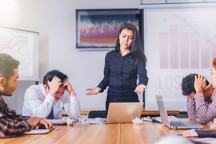 Equipo evaluando los riesgos corporativos