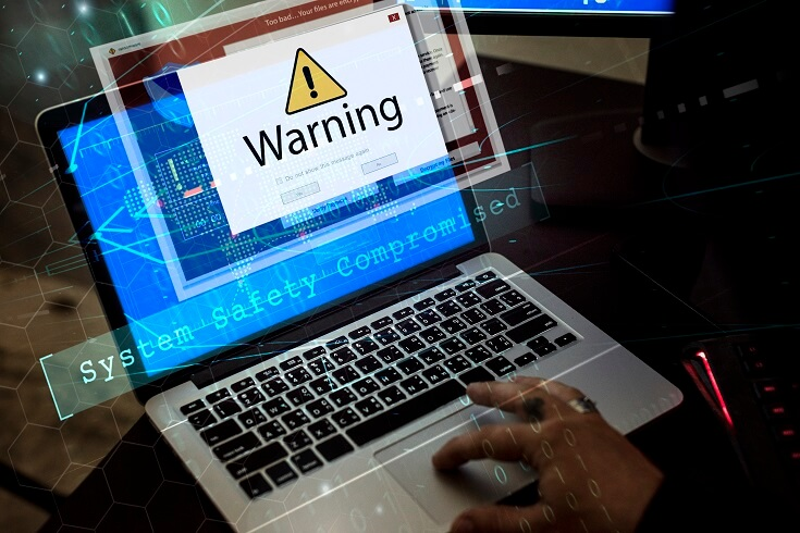 Ordenador con aviso emergente: seguridad del sistema comprometido