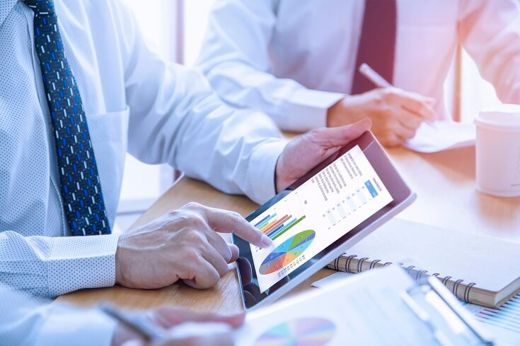 Auditor revisa estados financieros en compañía