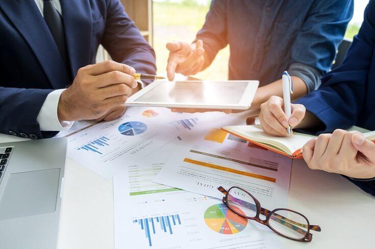 Empresaro estrecha su mano como representación de acuerdo